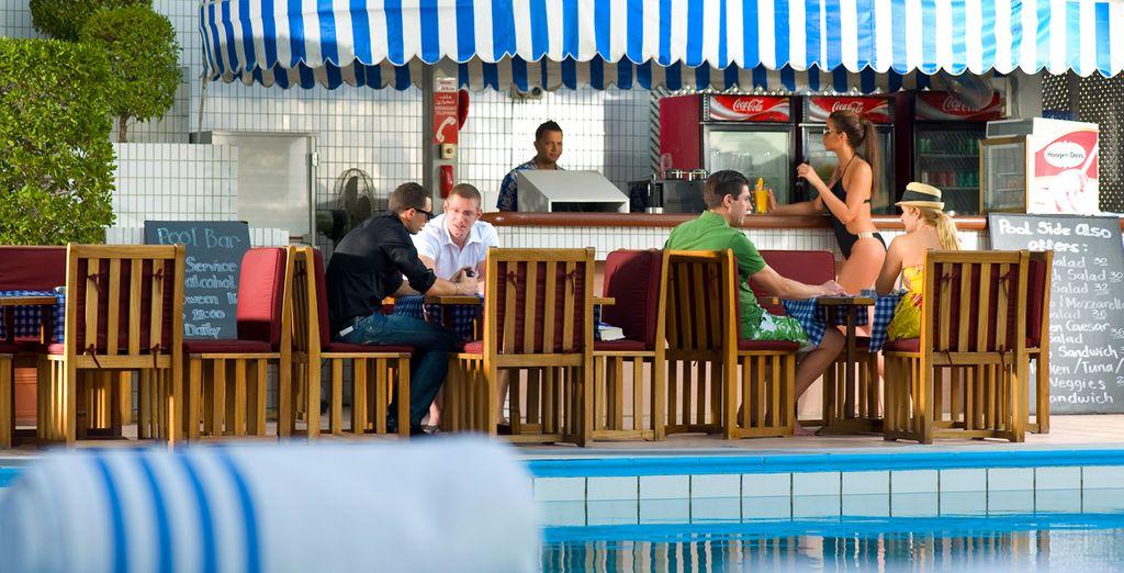 Disfrute del buen tiempo en la zona de la piscina