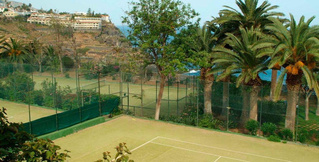 Juege a tenis con amigos o en familia