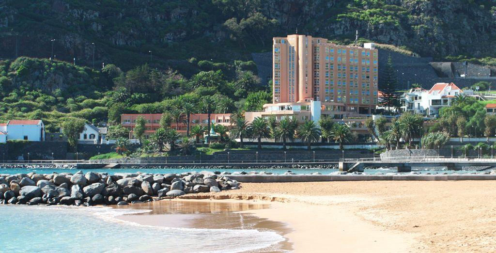 La playa a escasos metros del hotel