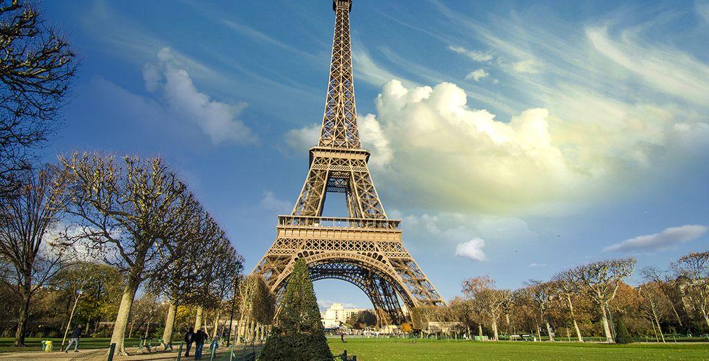 Pasee por los jardines que rodean la Torre Eiffel