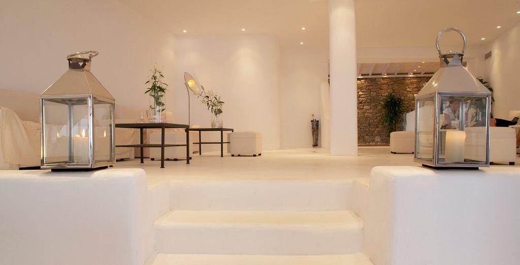 Descanse en el minimalista salón