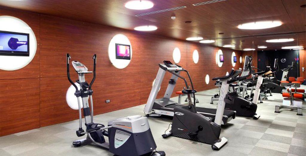 Podrá mantenserse en forma con los diversos equipos cardiovasculares y de musculación