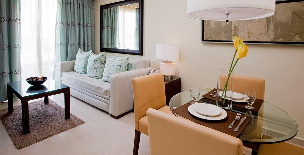 Espaciosa y decorada con tonos del Caribe y con muebles elegantes de caoba