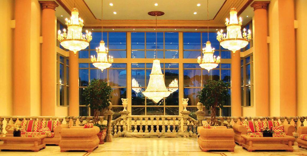 Suelos brillantes y techos altos con preciosas lámparas