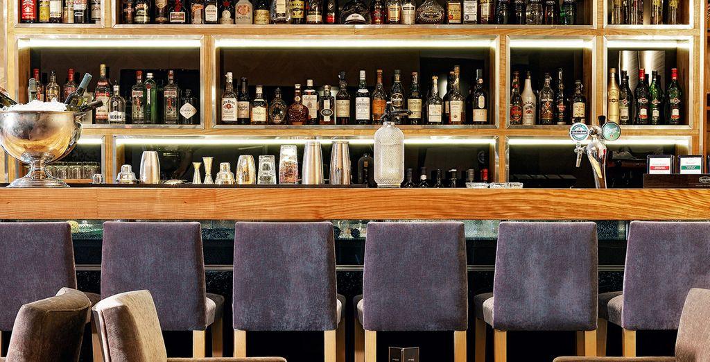 Relájese con una copa o cóctel en el Bar Kando