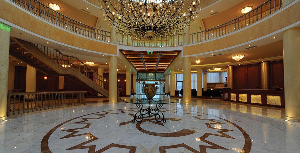 Elegante recepción del hotel