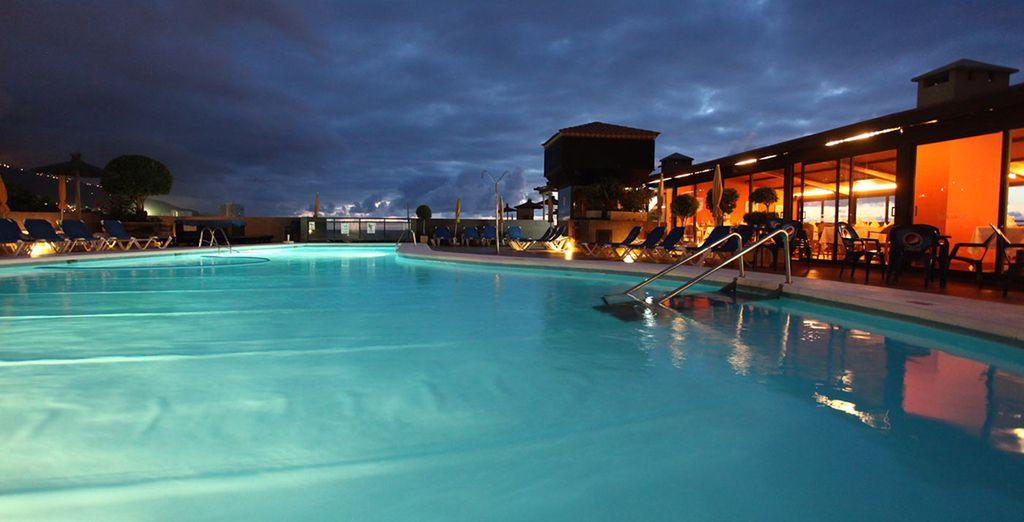 Disfrute de increíbles vistas desde la piscina