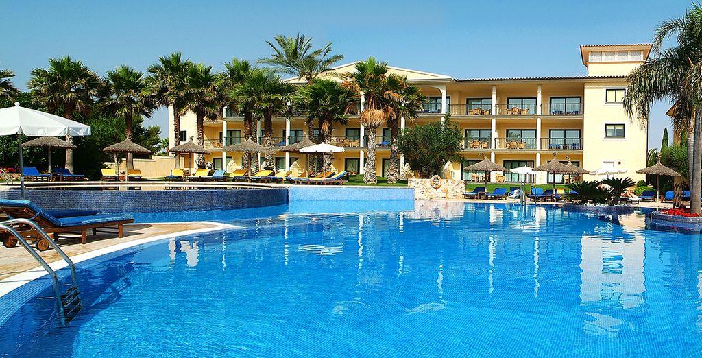Báñese en la piscina y disfrute del clima de Mallorca