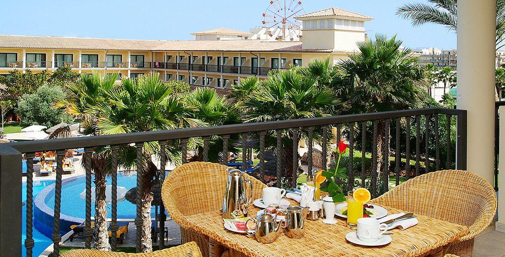 Disfrute de un desayuno en la terraza