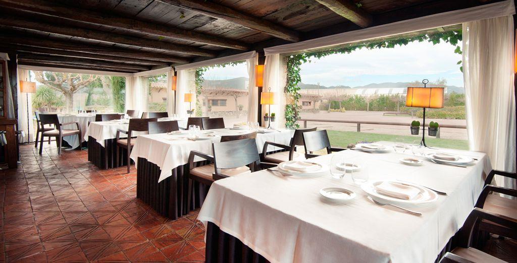 El restaurante del Hotel Mas Solà ocupa una típica masía catalana del siglo XVI