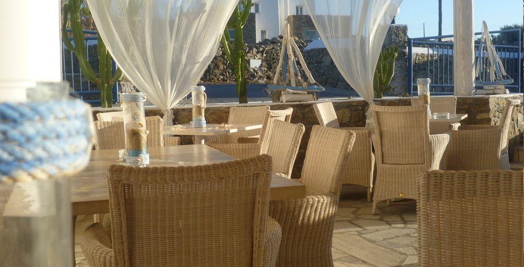 Tome una copa o coma en la terraza