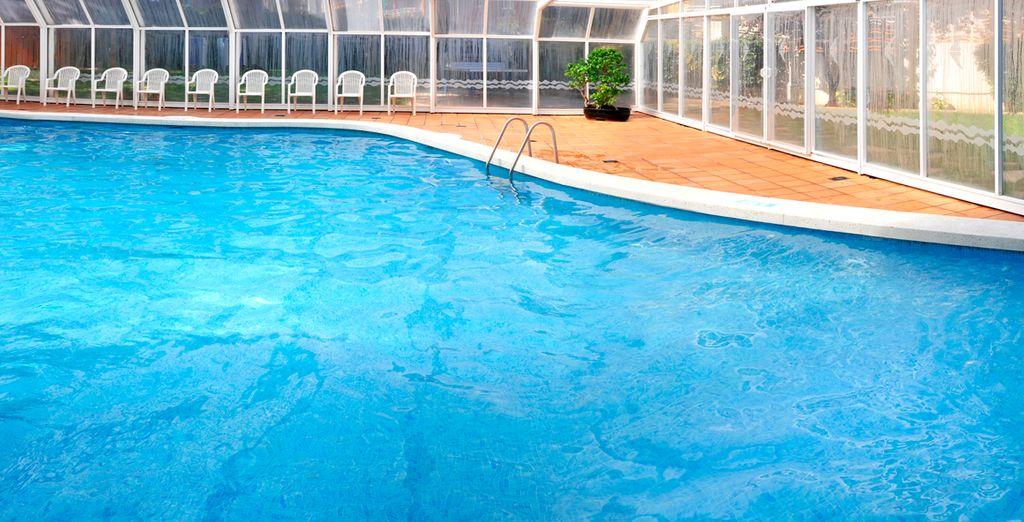 Disfrute de su gran piscina cubierta