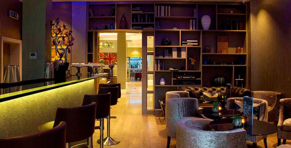 El Living Wall Bar tiene una excelente selección de cervezas europeas, carta de vinos, entre otros