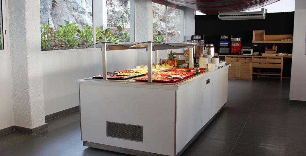 Deguste platos del buffet que el restaurante le propone
