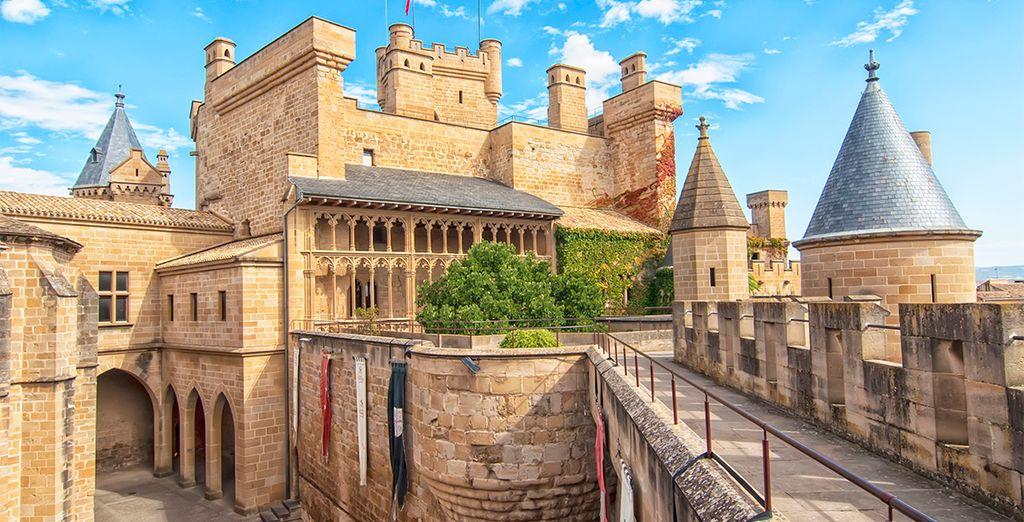 Cerca de Pamplona, se encuentra el Castillo de Olite, donde se alojaron reyes y princesas