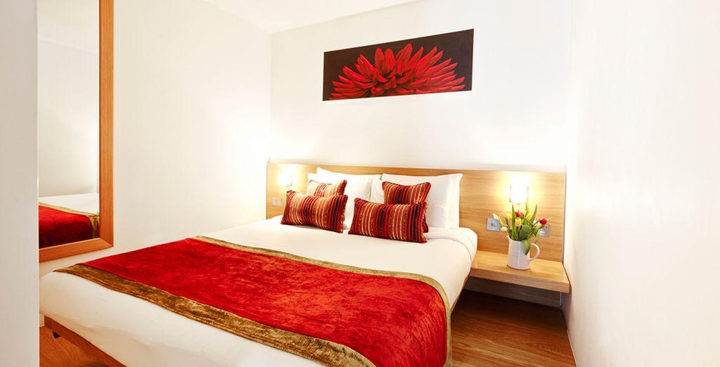Con una zona de dormitorio con una cama de matrimonio...
