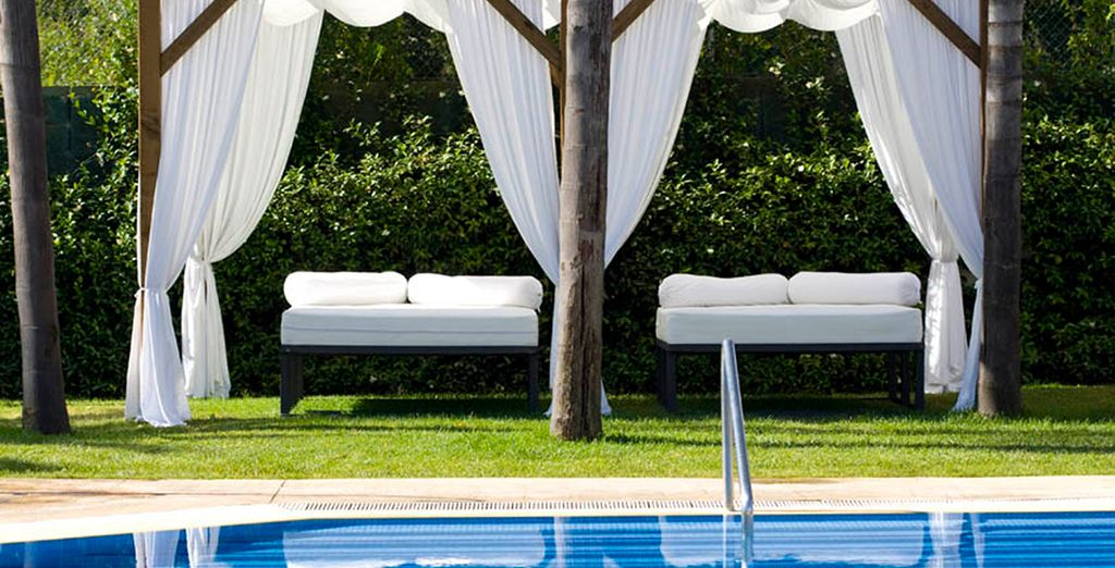 Descanse al borde de la piscina