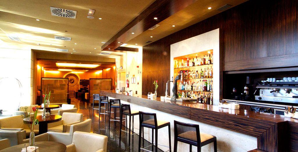 Tome una copa en el bar del hotel