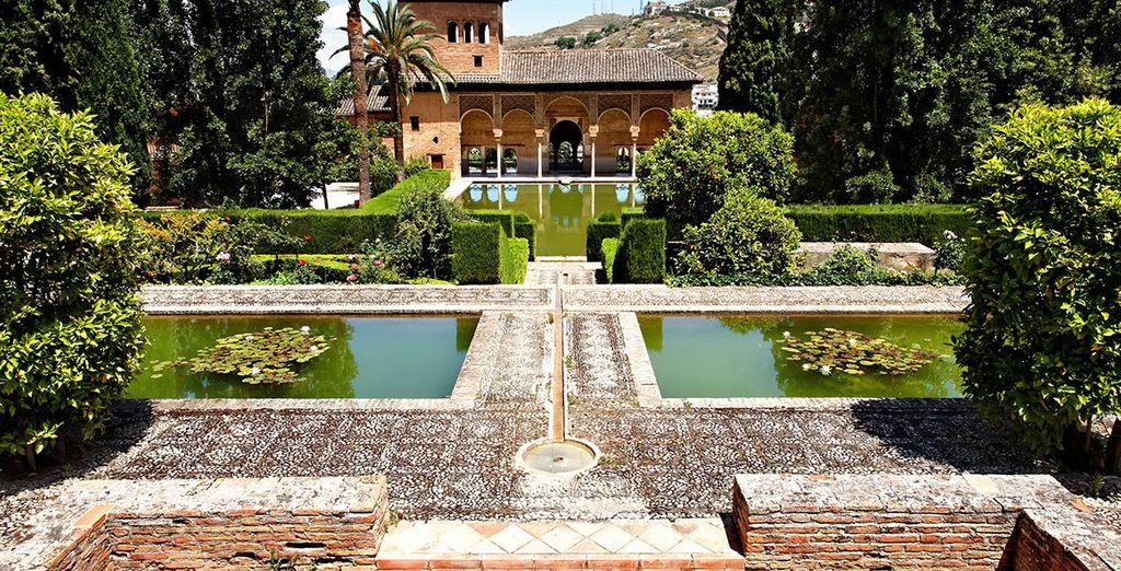 Dentro de la Alhambra déjese seducir por los jardines del Partal