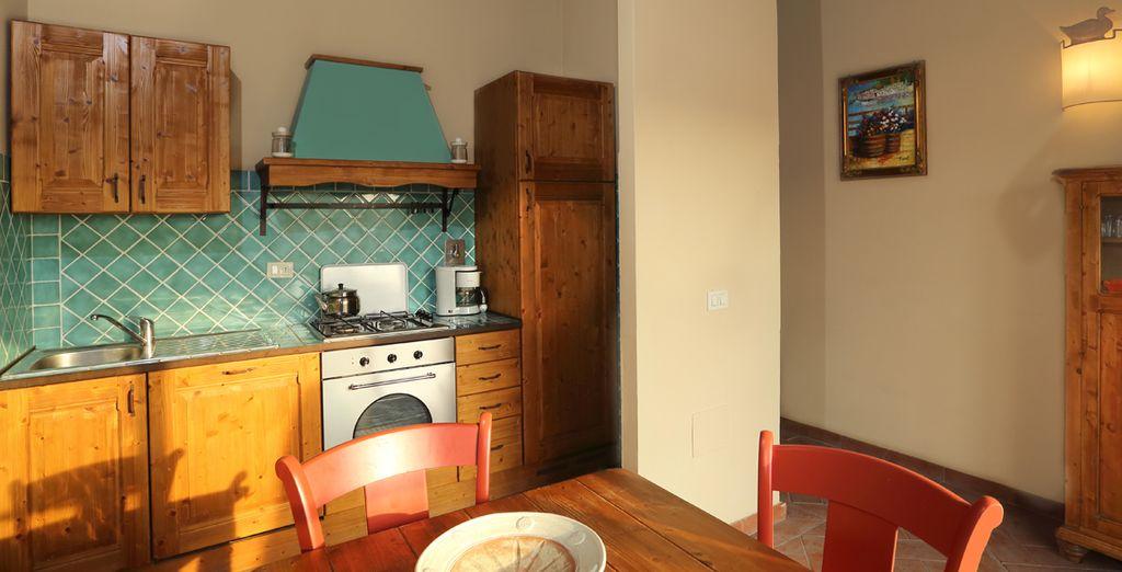 Una cocina totalmente equipada con lavavajillas, horno y cafetera