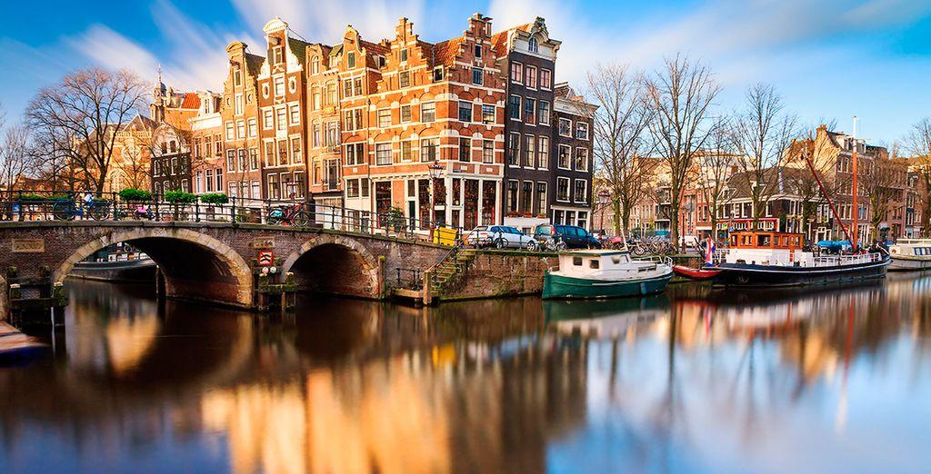 Una ciudad rodeada de canales