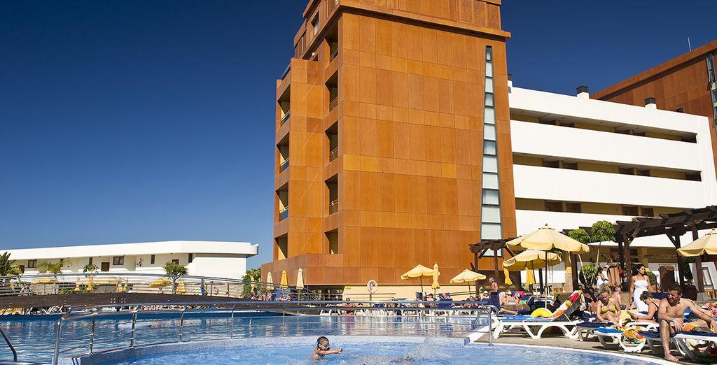 Es un elegante hotel en Tenerife Sur para familias
