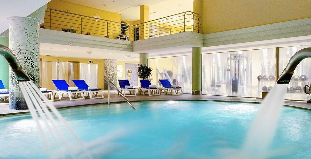 Relájese en la espectacular piscina cubierta