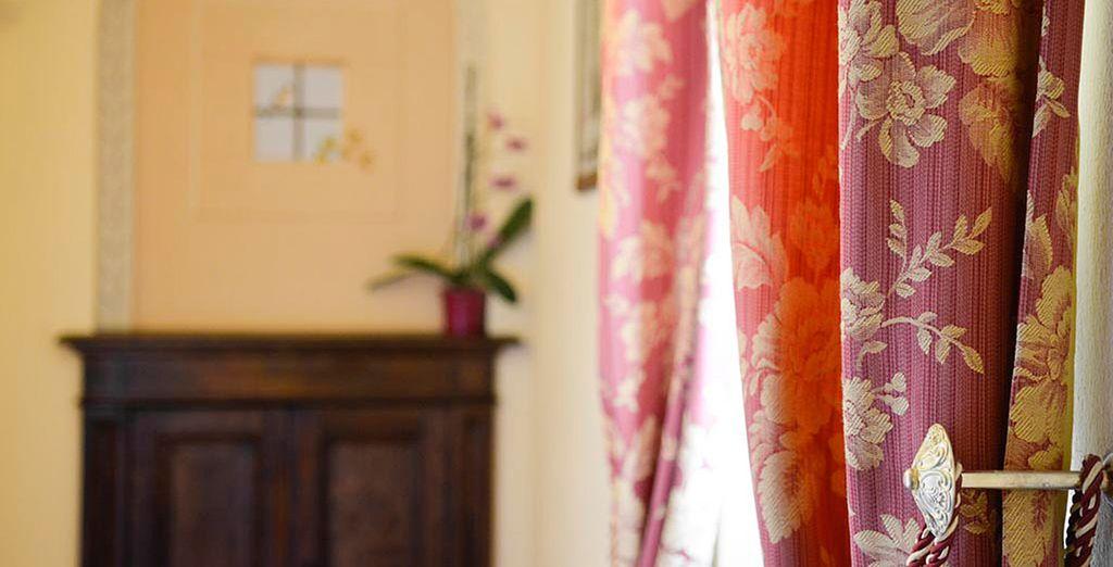 Las habitaciones están decoradas con alegres colores y hermoso mobiliario