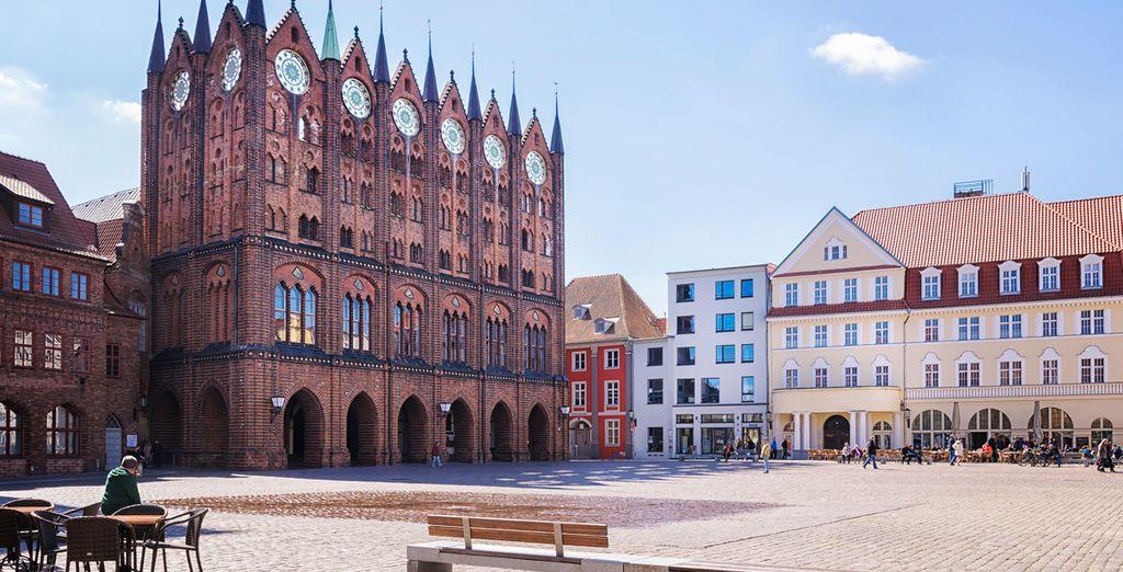 Stralsund, resalta el perfil de la ciudad impregnado de carácter medieval
