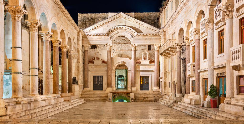 Entre ellos el Palacio Diocleciano uno de los palacios románicos que mejor se conservan en el mundo