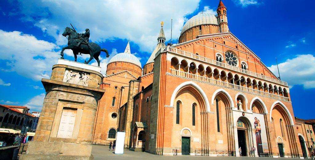 Sorpréndase con la impresionante fachada de la Basílica de San Antonio