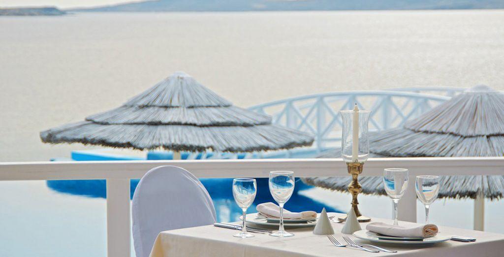 Deguste platos exquisitos acompañado por románticas vistas al mar