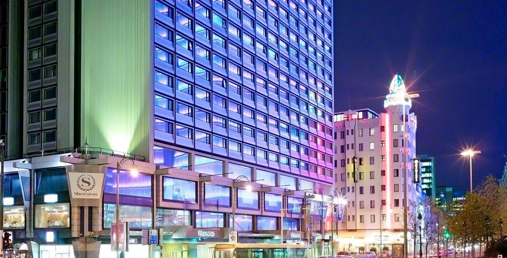 Disfrute de un hotel moderno con vistas al perfil urbano de la ciudad
