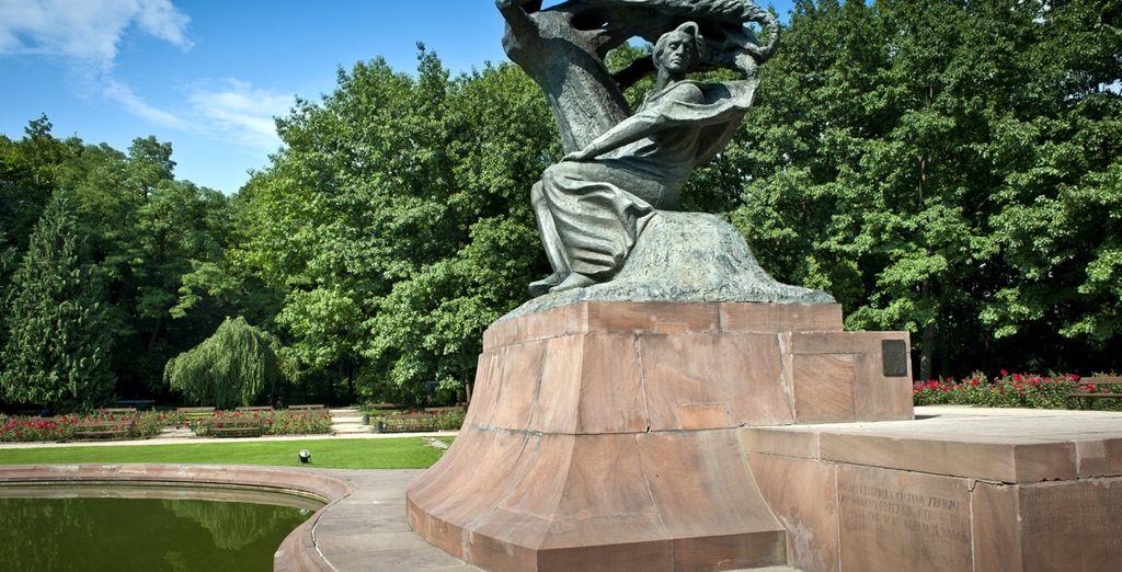 Admire la estatua de Chopin