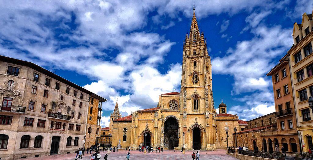 No te pierdas la Catedral de San Salvador de estilo gótico e innumerables reliquias
