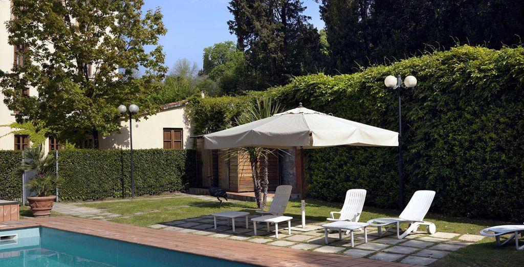 En la piscina al aire libre podrás disfrutar de un momento de relax después de un largo día