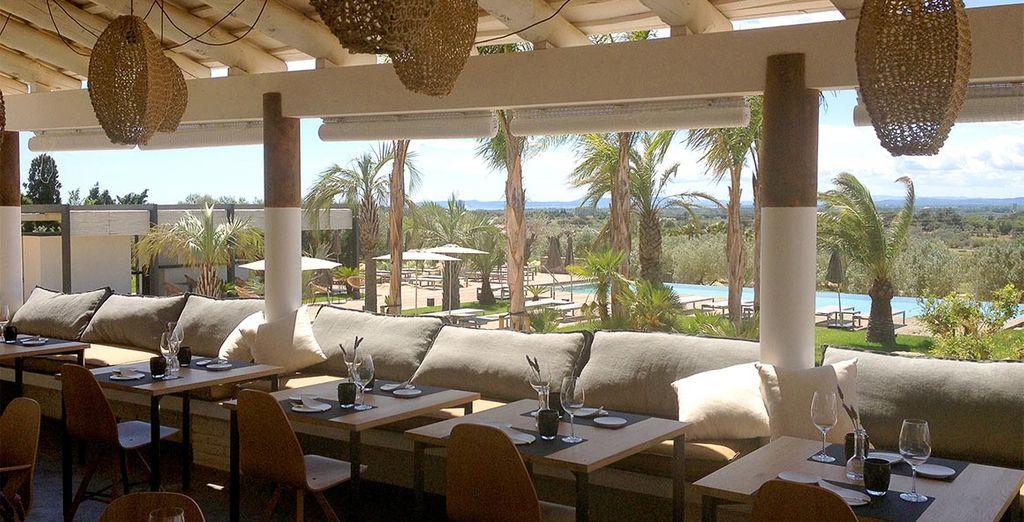 Una copa de vino es el preludio perfecto para cenar en el restaurante gourmet del hotel