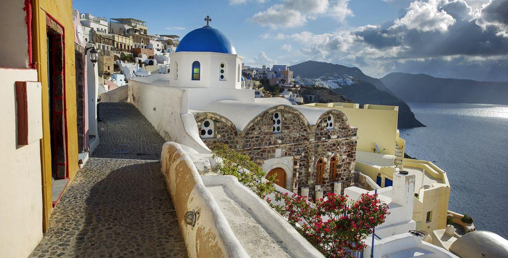 Pasea por las calles de Santorini