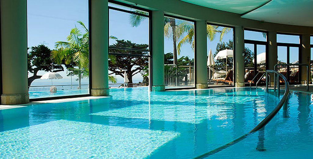 Disfruta de las magníficas vistas desde la piscina interior