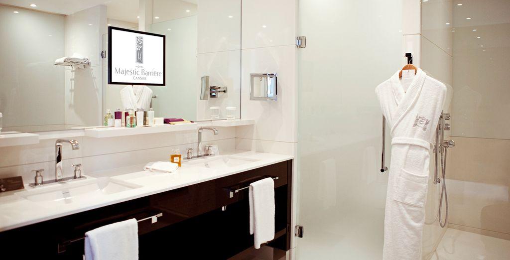 Modernos y lujosos cuartos de baño totalmente equipados