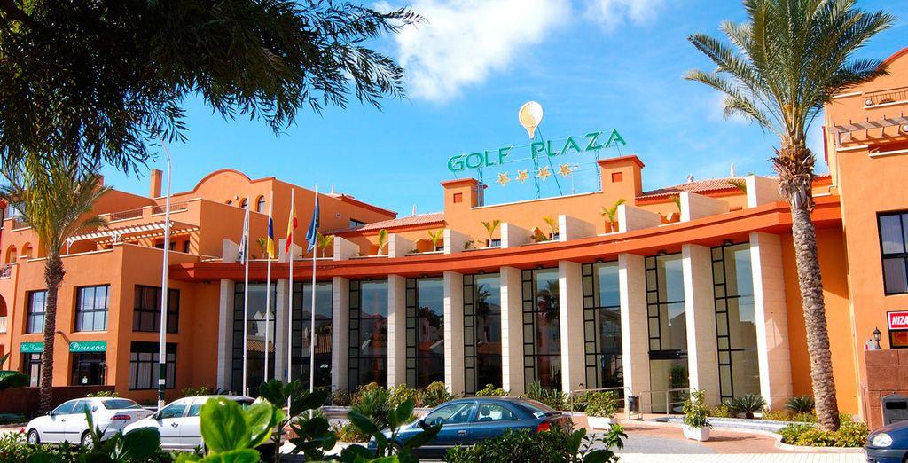 Entra un verde vibrante y un azul sereno emerge el elegante complejo de apartamentos Grand Muthu Golf Plaza