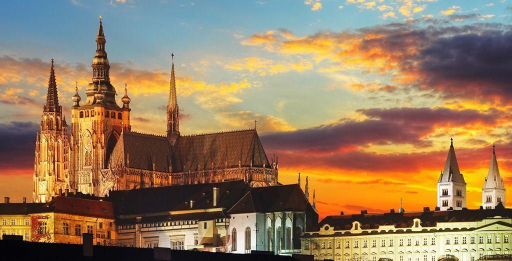 Otro de los tesorors que descubrirás en su visita panorámica es el Castillo de Praga