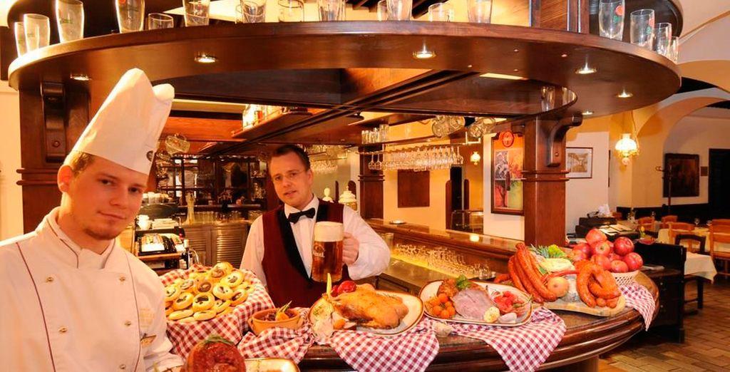 Puedes disfrutar de cerveza checa y platos locales en el restaurante Plzenska Rychta