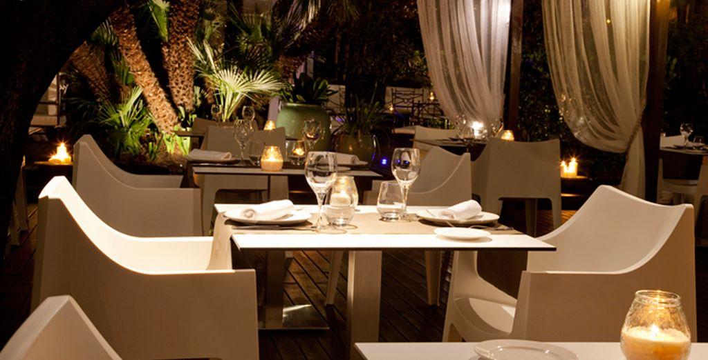 Abierto en verano, El Raconet se encuentra anidado en los jardines de hotel