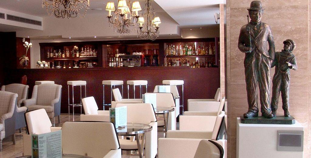Tome un aperitivo o deguste un cocktail en un entorno relajado