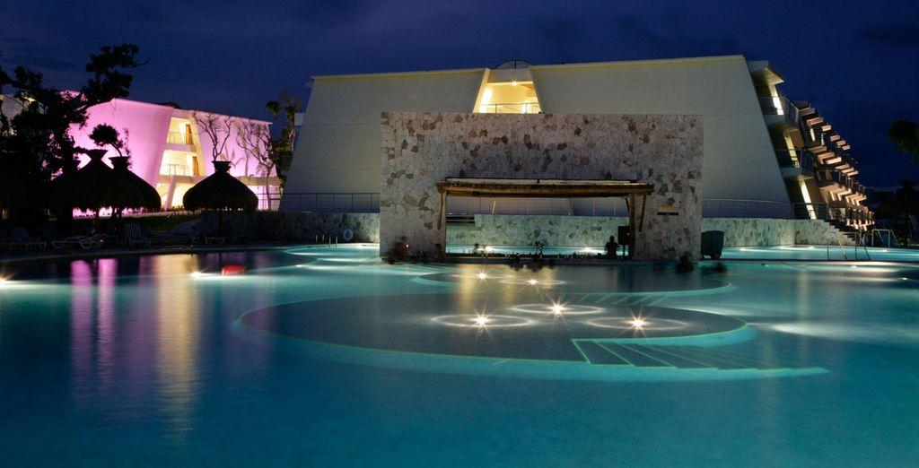 Refréscate en la piscina del hotel