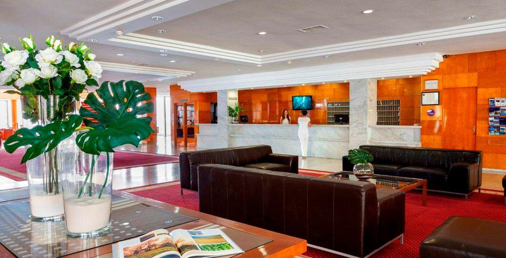El elegante lounge te da la bienvenida