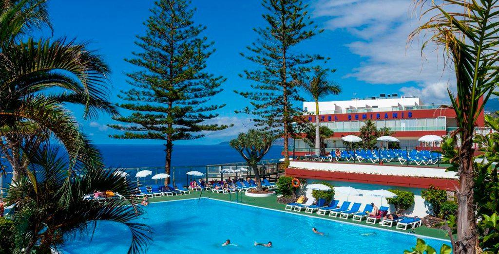 Una inmensa piscina preside el jardín del hotel