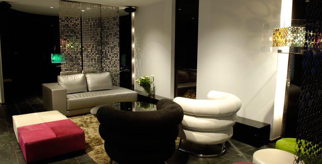 Ambiente exclusivo con sillas de cuero, sofás y cojines en el Bussiness Center and Lounge