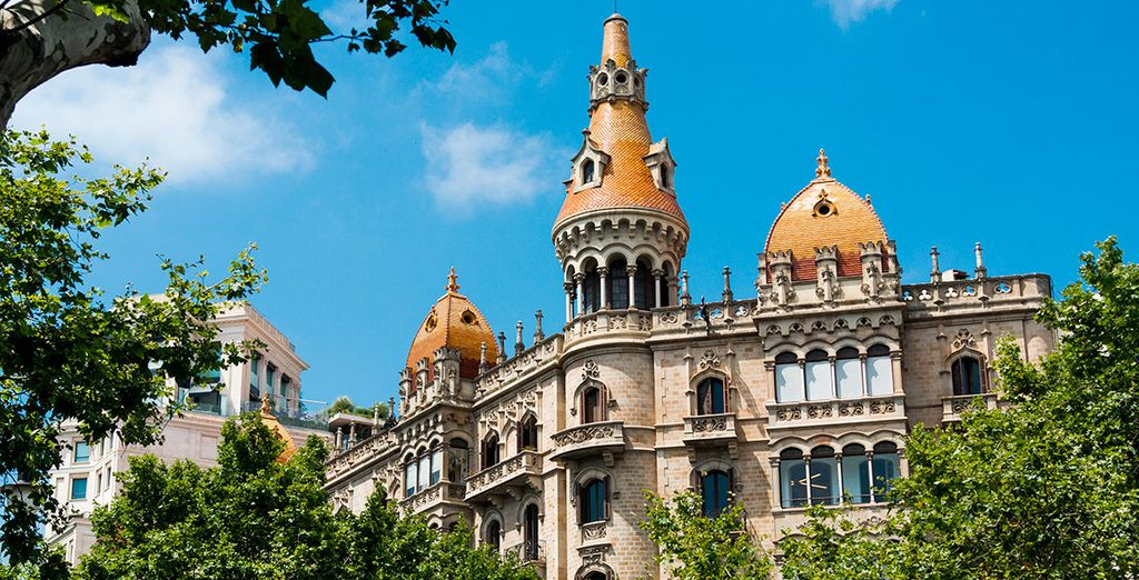 Bellos edificios florecen entre sus árboles, como Cases Rocamora